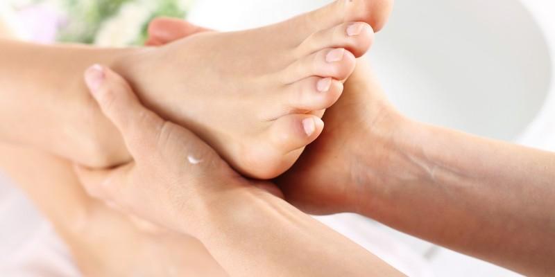 Massage der Füße bei der Thai-Massage