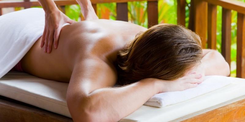 Mann bei der Aromamassage