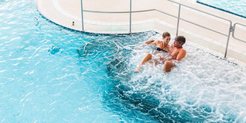 Paar genießt Unterwassermassage