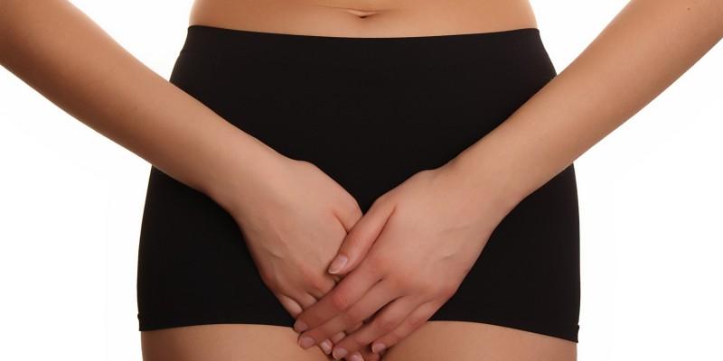 Frau nutzt regelmässig den Massagegürtel