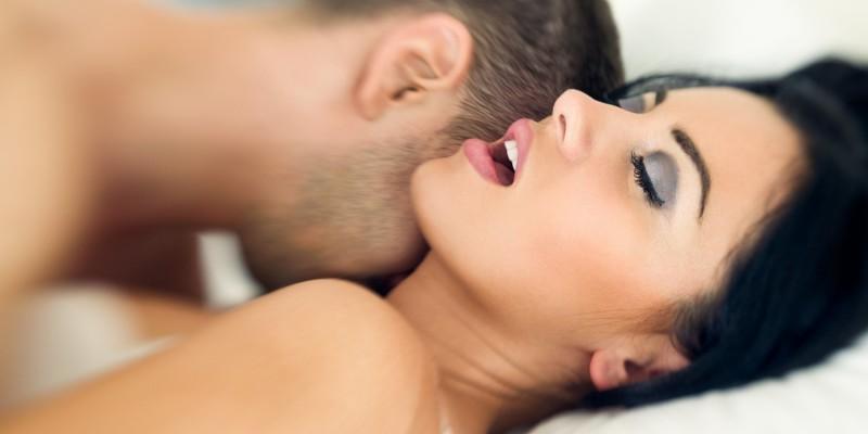 Paar massiert sich erotisch