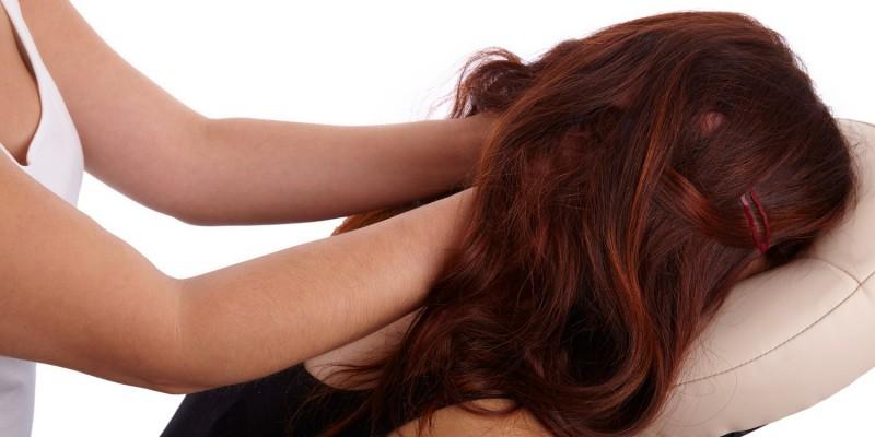 Frau wird in Massagesessel massiert