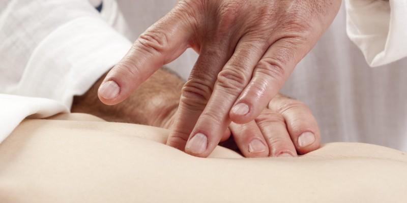 Bauchmassage einer Patientin