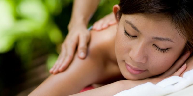 Frau entspannt bei einer Massage